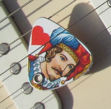 UPCYCLING  Gitarrenplek  beidseitig gestaltet aus Spielkarten HERZ
