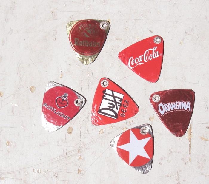 1 Upcycling Gitarrenplek aus Kronkorken rot