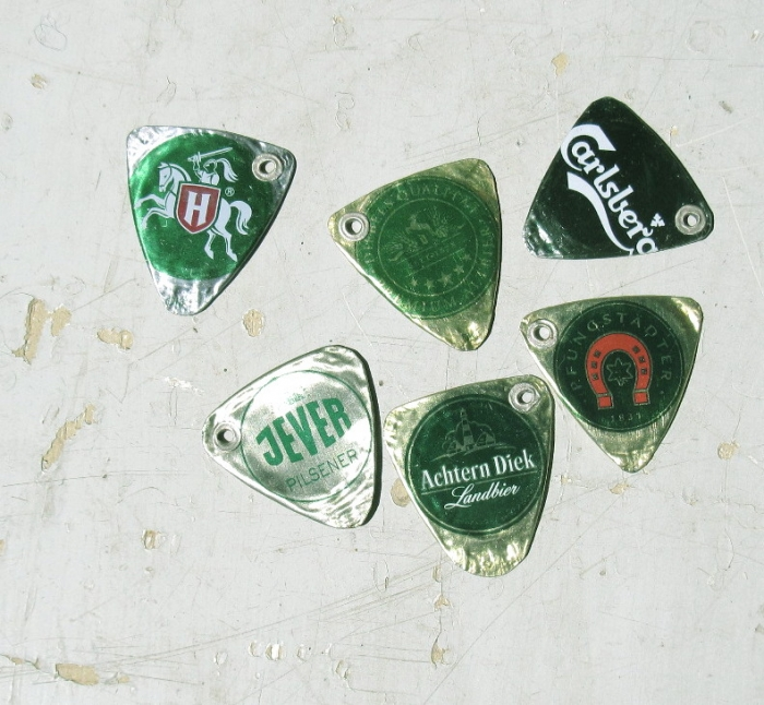 1 Upcycling Gitarrenplek aus Kronkorken grün